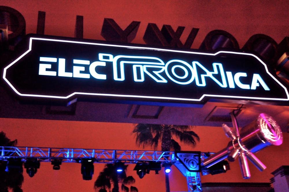 ElecTRONica ofrece la experiencia de la película en Disney California dentro de ambientes de dance club y arcade.